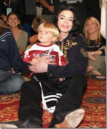 Michael-Jackson-michael-jackson-11406506-627-784